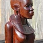 Masai vrouw uit Kenia, ernstige barsten in het hout