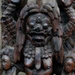 De kleuren wit, zwart en rood horen bij Rangda en bij Kali. In bepaalde gebieden op Bali wordt Rangda als beschermende kracht gezien. Het materiaal is coromandel en het beeld is niet gesigneerd.