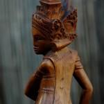 Ik denk dat dit een behoorlijk oud beeldje is. 20 cm. hoog. Priesteres op lotusbloem.