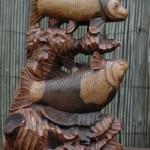 Een prachtig gesneden beeld met 2 vissen.