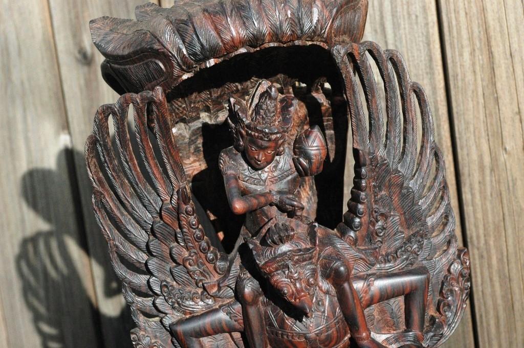Het middendeel van een Garuda beeld
