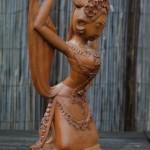 Een eenvoudig, maar wel treffend gesneden beeldje van een djanger danseres.