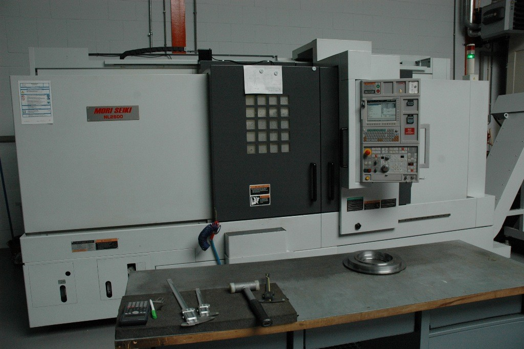 De splinternieuwe Mori Seiki NL 2500. Een veelzijdige draai- en freesmachine die dag en nacht kan produceren.