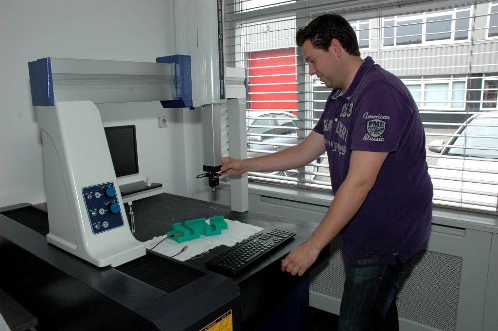 De Mitutoyo 3D meetmachine, een stevige investering, maar grote toegevoegde waarde. Maarten demonstreert.