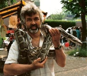 Schrijver en beheerder van deze website, Bart Laurens, tijdens zijnReptilionperiode met een van de Tijgerpythons.