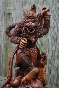 Hanuman frontaal, let op de lange nagels.