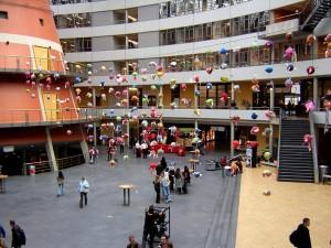 Het atrium van de Haagse Hogeschool.