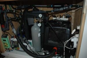 """Na het bijplaatsen van de koeler zit de """"technische ruimte"""" (lees: kast) onder mijn bak propvol met apparatuur.Op warme dagen wanneer de koeler naar verwachting zal aanslaan kan de kast beter open blijven staan."""