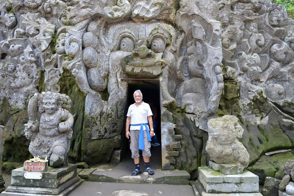 een Barong gezicht met grote vingers aan beide zijden van de ingang