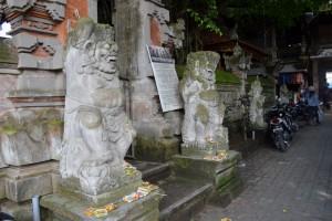 In de gang naar de kunstmarkt van Ubud staan weer een aantal mythische beelden.