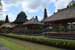 Hierbij behoort het prachtige tempelgebouw met meerdere dakverdiepingen.