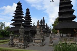 Let op de rijke Meru heiligdommen en de ingewikkeld gesneden houten poorten.