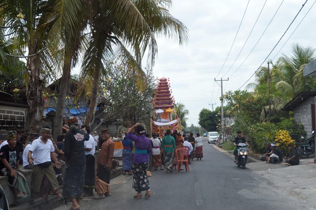 een straat in Guwang, Gianyar waar een grote groep Balinezen bezig was een begrafenisceremonie voor te bereiden.