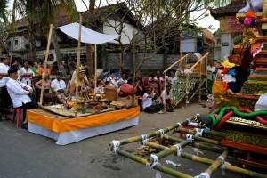 Voor de eerste draagbaar zat een Balinese priester die de ceremonie moest gaan leiden.