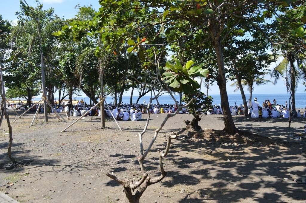 ceremonie aan de gang, zowel in de tempel als aan de overkant van de weg bij het strand.