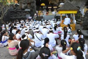 Daar was het ook geweldig druk met biddende en mediterende Hindoes.