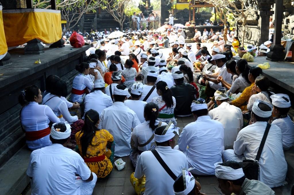 Een grote menigte biddende mensen.
