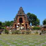 Het langwerpige Semarajaya museum is gevestigd in een fraai gebouw met een groot plein er voor.