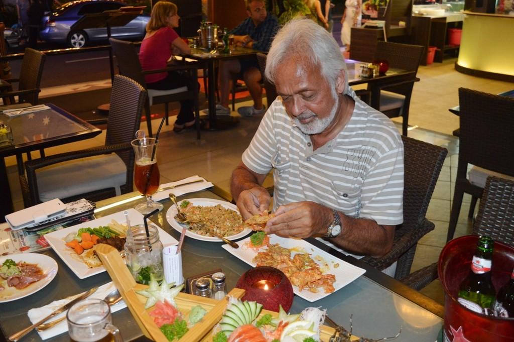 Heerlijk grote garnalen eten