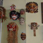 Maskers, zowel oude als recente.